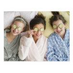 Chicas que tienen un facial tarjetas postales