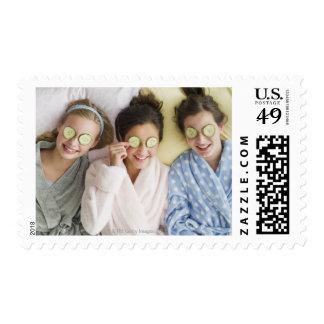 Chicas que tienen un facial timbres postales