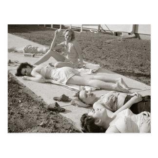 Chicas que toman el sol, 1943 postal