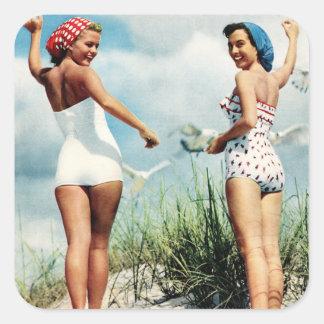 Chicas retros de la playa de las mujeres 60s del calcomanías cuadradas personalizadas