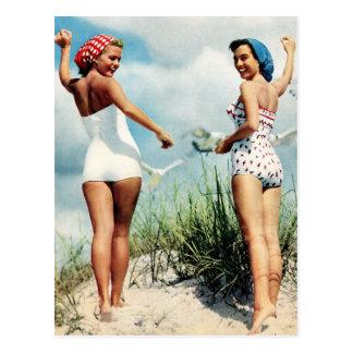 Chicas retros de la playa de las mujeres 60s del postal
