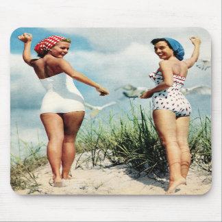 Chicas retros de la playa de las mujeres 60s del v tapete de raton