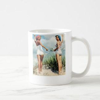 Chicas retros de la playa de las mujeres 60s del v taza de café
