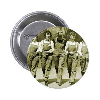 Chicas retros de los guardapolvos de los vaqueros  pin