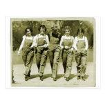 Chicas retros de los guardapolvos de los vaqueros  postales