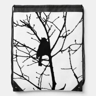 Chickadee blanco y negro en un árbol mochila