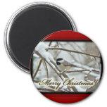 Chickadee capsulado negro del navidad en nieve iman de nevera