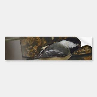 Chickadee en el Birdfeeder II Pegatina Para Auto