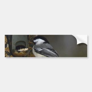 Chickadee en el Birdfeeder Pegatina Para Auto
