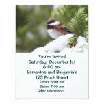 Chickadee en nieve en un árbol de cedro invitación 10,8 x 13,9 cm