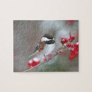 Chickadee en nieve que cae con las bayas rojas puzzles con fotos
