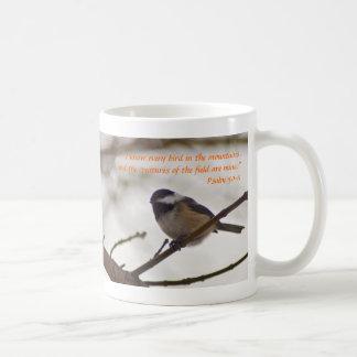 Chickadee en una ramita taza básica blanca