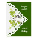 Chickadee, pájaro y cordón de la mamá del feliz cu tarjeta de felicitación