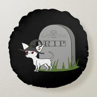 Chihuahua blanca con la piedra del sepulcro del cojín redondo