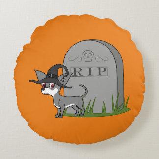 Chihuahua blanca y gris con la piedra del sepulcro cojín redondo