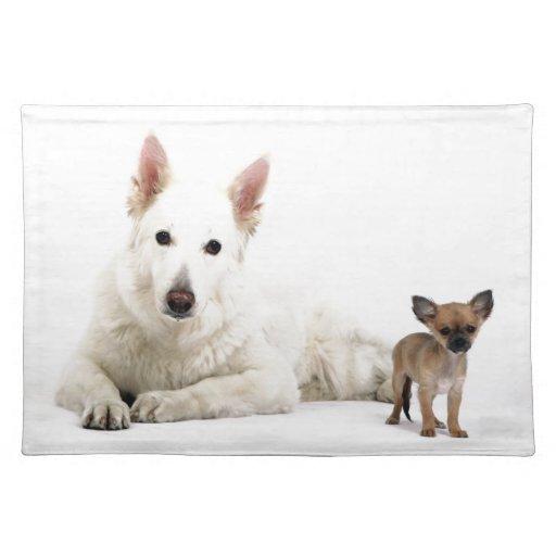 Chihuahua blanca y perro pastor miran a más no pod mantel individual