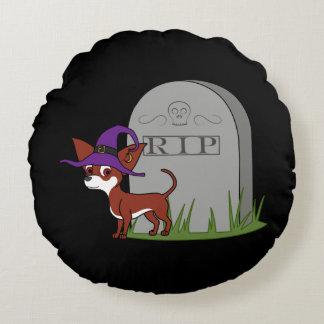 Chihuahua blanca y roja con la piedra del sepulcro cojín redondo