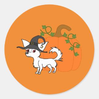 Chihuahua de pelo largo blanca con la calabaza pegatina redonda