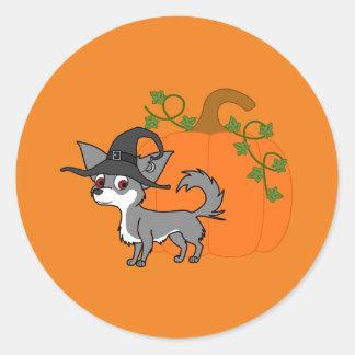 Chihuahua de pelo largo blanca y gris con el gorra pegatina redonda