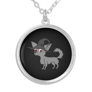 Chihuahua de pelo largo gris con el gorra de la colgante redondo