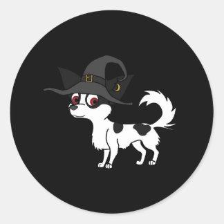Chihuahua de pelo largo manchada con el gorra de pegatina redonda
