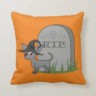Chihuahua gris con la piedra del sepulcro del almohadas