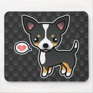 Chihuahua lisa tricolora negra de la capa y un mouse pads
