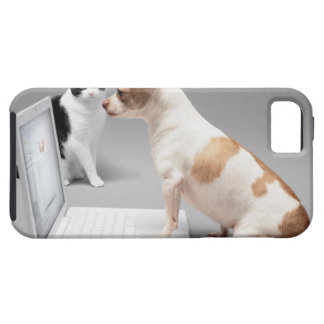 Chihuahua looking into the screen of a laptop iPhone SE/5/5s case