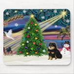Chihuahua mágica del navidad (negro y moreno) alfombrillas de ratón