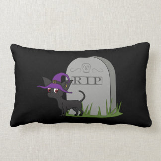 Chihuahua negra con la piedra del sepulcro del almohada