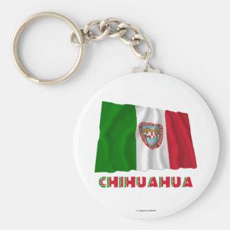 Chihuahua que agita la bandera oficiosa llavero redondo tipo pin