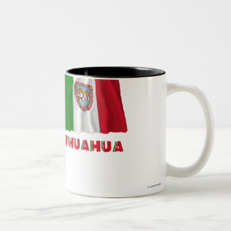 Chihuahua que agita la bandera oficiosa taza dos tonos