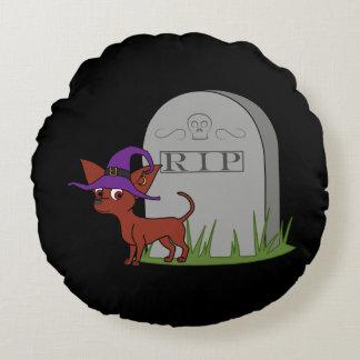 Chihuahua roja con la piedra del sepulcro del cojín redondo