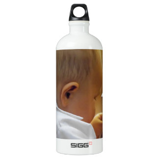 Child playing with a handbag SIGG traveler 1.0L water bottle