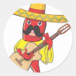Chile mexicano que toca una guitarra pegatina redonda