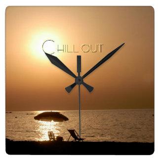 """chill out"" by mysteryella reloj cuadrado"