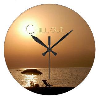 """""""chill out"""" by mysteryella reloj redondo grande"""