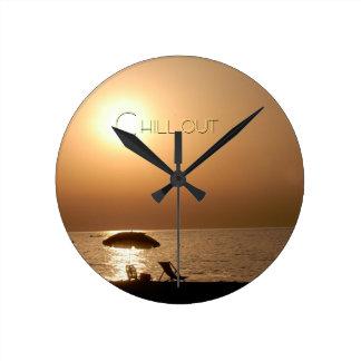 """chill out"" by mysteryella reloj redondo mediano"