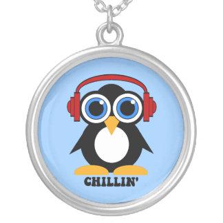 chillin del pingüino collar plateado