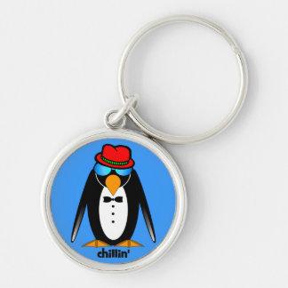 chillin del pingüino llavero redondo plateado