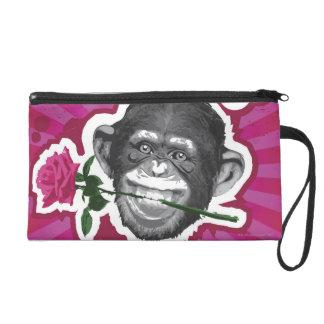 Chimpancé con un color de rosa en su boca