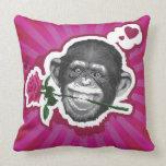 Chimpancé con un color de rosa en su boca almohadas