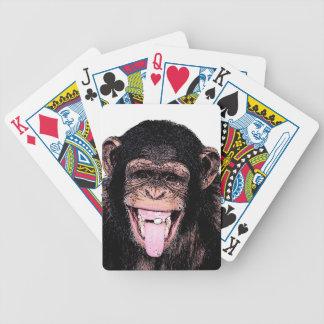 Chimpancé del arte pop que pega la lengua hacia baraja cartas de poker