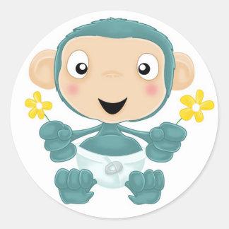 chimpancé del bebé con las flores etiqueta redonda