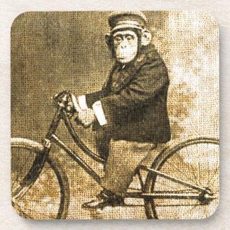 Chimpancé del vintage en una bicicleta posavasos de bebida
