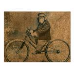 Chimpancé del vintage que monta una bicicleta postales