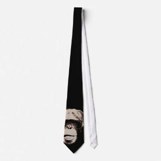 Chimpancé divertido en lazo oscuro de los vidrios corbata