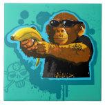 Chimpancé que sostiene un plátano azulejo cuadrado grande
