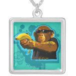 Chimpancé que sostiene un plátano colgante cuadrado