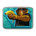 Chimpancé que sostiene un plátano fundas macbook air